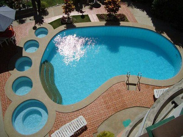 insolite empreinte pied piscine