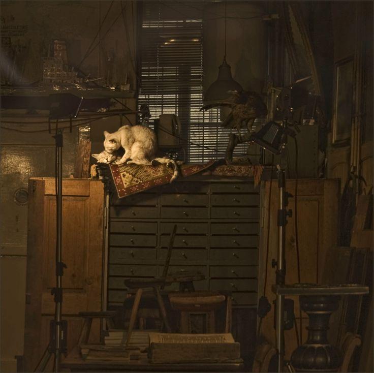 мы здесь одни... и я тебя люблю... снято через  стекло витрины уже закрытого антикварного магазина в Цюрихе #кошки #любовь #интерьер Автор: Надежда Колдышева