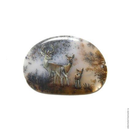 Купить или заказать Олени на моховом агате в интернет-магазине на Ярмарке Мастеров. Кабошон из натурального камня с миниатюрной росписью, дырочки в камне нет! Размер камня 37х24 мм Как и в прочих работах, природный рисунок мохового агата лишь немного дополнен деталями, позволяющими увидеть то, что видим мы: лесную опушку, семью оленей... Эта 'семейная' тема, рассказывающая обо всем, что действительно имеет значение и ценность для каждого живого существа.