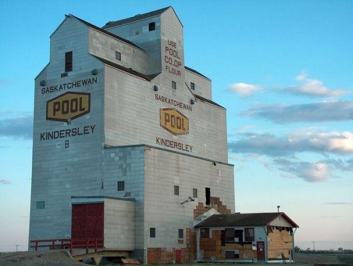 Kindersley, Saskatchewan - Grain Elevators - Sask Photos - SaskPhotos.ca