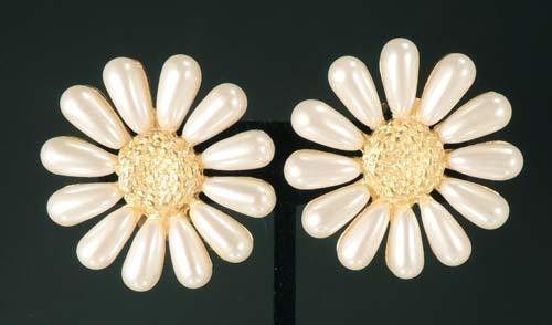 "Винтажные клипсы ""Ромашки"". Металл, имитация жемчуга. Марка: Givenchy, Франция, 1980-е гг. #vintage #jewellery #jewelry #trendy #style #chic #women #gift"