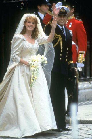 Sarah Ferguson y el Príncipe Andrés. Fecha: 23 de julio de 1986. Vestido: confeccionado en satén de seda de color marfil, el vestido estaba profusamente bordado en plata.