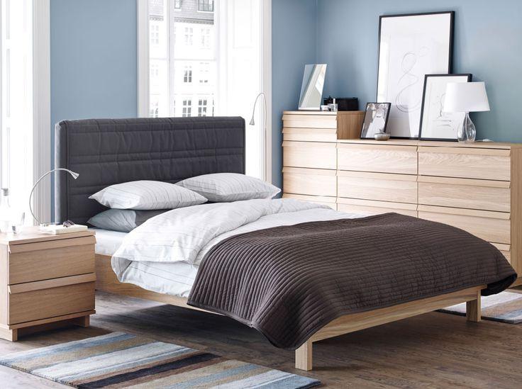 Dormitorio con cómoda, mesilla de noche y cama OPPLAND en roble claro.