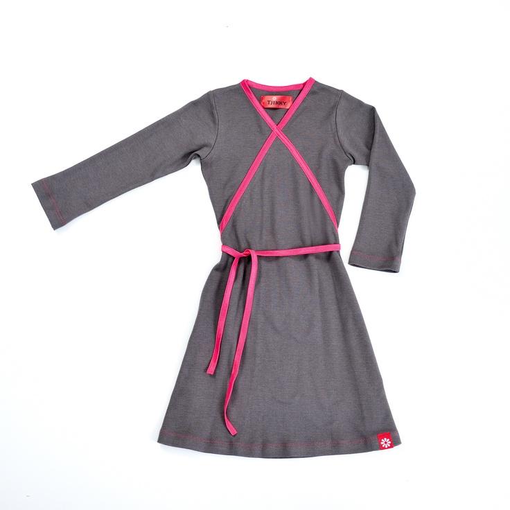 Tricot jurkje met elastischband afgewerkt.