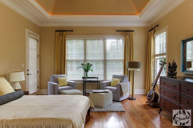 Holzböden und Armaturen machen dieses Master-Schlafzimmer in einem gemütlichen Ambiente.