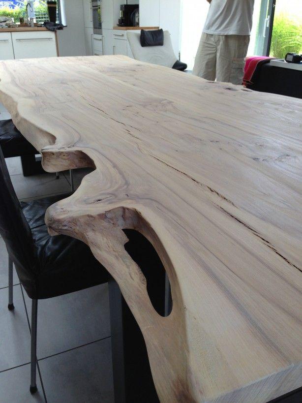 Mooie iepen tafel gemaakt door boomstamtafel. Deze tafel is uitgevoerd met een stalen onderstel met raamvormen. Iepen heeft een schitterende tekening en absoluut een geweldige boomstamrand. Wat een plaatje. Meer informatie is te vinden op de website van Exclusive Woods en boomstamtafel. nl
