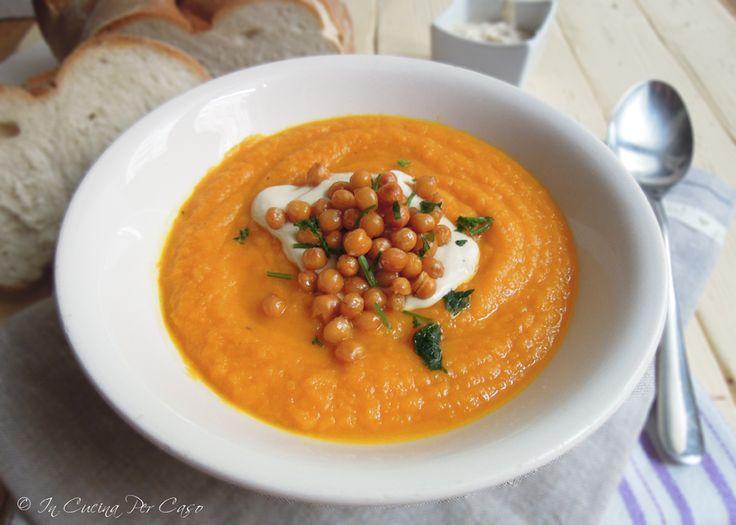 Zuppa di carote con ceci croccanti e salsa tahina - una zuppa di carote calda e confortante, arricchita da una squisita salsa a base di pasta di sesamo