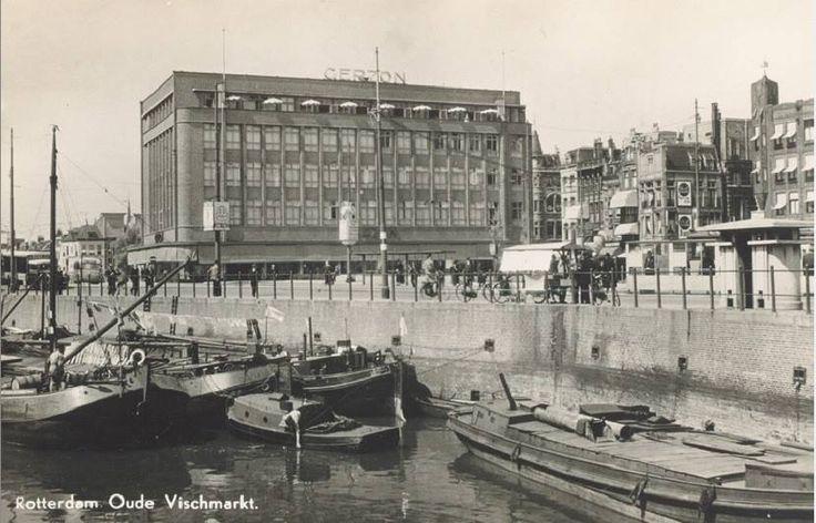De Blaak ter hoogte van de Zeevischmarkt, uit het zuidoosten. Op de achtergrond het warenhuis van Gerzon, rechts de Soetensteeg. De prent komt uit 1940. De prent komt uit het Stadsarchief Rotterdam en de informatie komt uit het Stadsarchief Rotterdam en van joodsamsterdam.nl