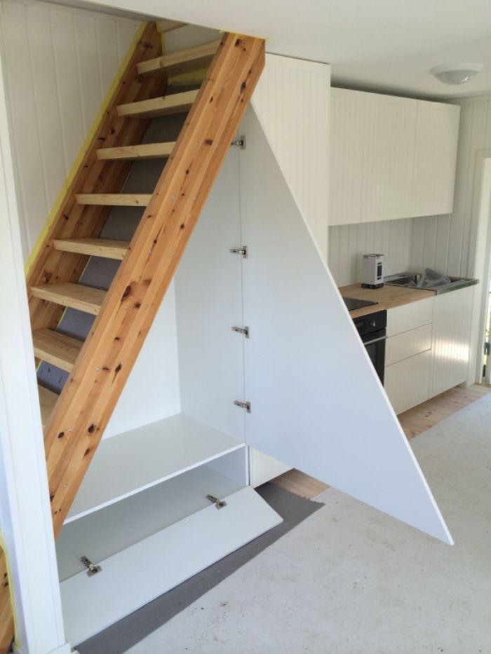 Smart utnytting av plassen under en trapp i ei hytte. Masse plass til #oppbevaring.