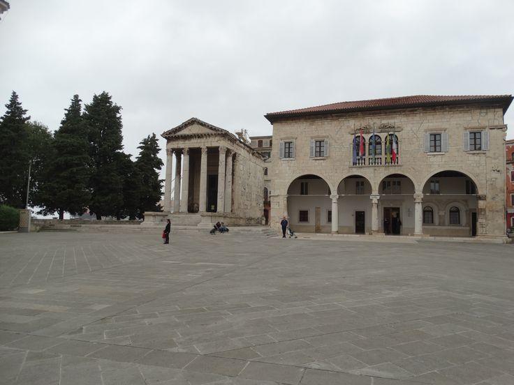 Das Rathaus von Pula befindet sich direkt neben dem Augustustempel am Forum.