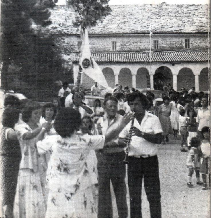 Βήσσανη Πωγωνίου. Γάμος Αρβανιτόβλαχων. Ο χορός με το φλάμπουρο.  Η σημαία στο γάμο, Ελευθέριος Π. Αλεξάκης http://www.societyforethnology.gr
