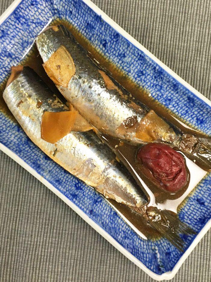 青魚が苦手な人でも驚くほどさっぱり爽やかなおいしさなのは、煎茶としょうが、そして梅干しという3つの風味が入っているから。あっという間に完成するレシピは、ごはんはもちろん、お酒のお供にも。|『ELLE a table』はおしゃれで簡単なレシピが満載!