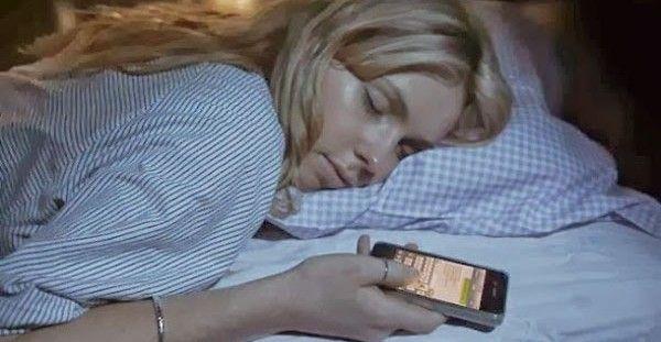 Έχεις το κινητό δίπλα σου όταν κοιμάσαι το βράδυ