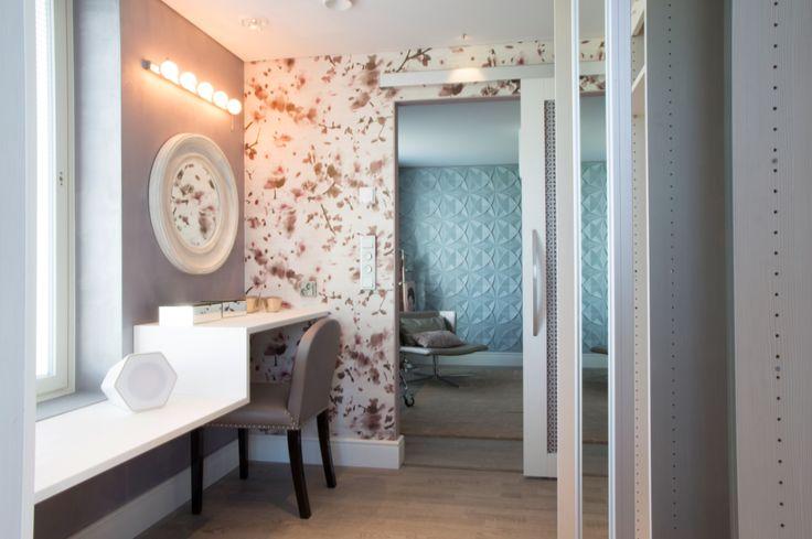 Meikkauspiste sijaitsee läpikuljettavassa vaatehuoneessa ja luonnon valoa tarjoavan ikkunan vieressä. Hämärimpiin hetkiin Highlightin meikkivalo. #asuntomessut2014