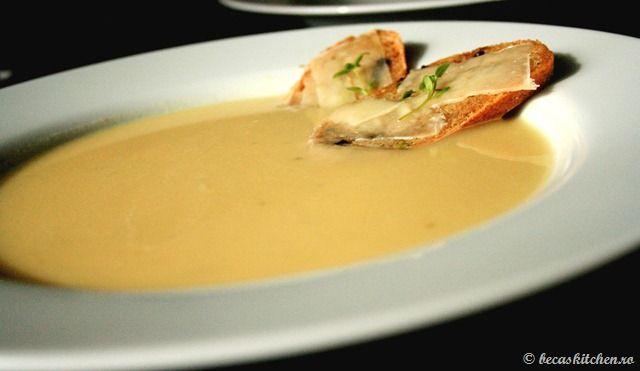 Supa crema de usturoi cu bruschete aromate - Supa asta este incredibil de gustoasa si se claseaza cu succes in topul celor mai bune supe mancate pana acum.