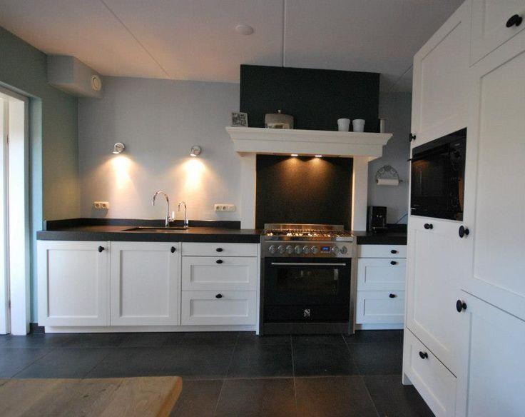 Deze #sfeervolle keuken met kaderdeur is in Holten geplaatst. Door gebruik te maken van een kaderdeur wordt er een landelijke sfeer gecreëerd in deze landelijke woning. De schouw in combinatie met dit Steel-#fornuis dient als eye-catcher in deze ruimte.