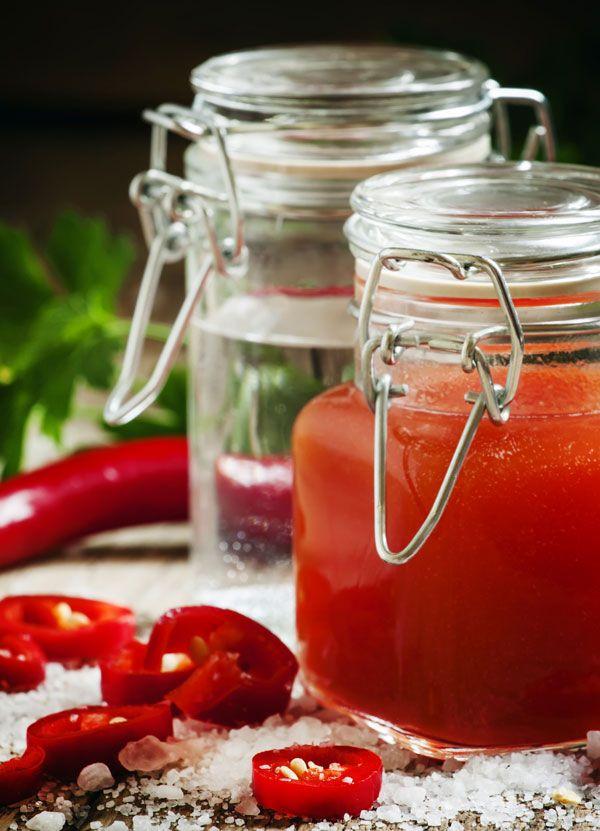 Chilisaus maken is gemakkelijk. Deze zoete chilisaus is 6 maanden houdbaar. Dit recept resulteert in ongeveer 220 ml chilisaus.