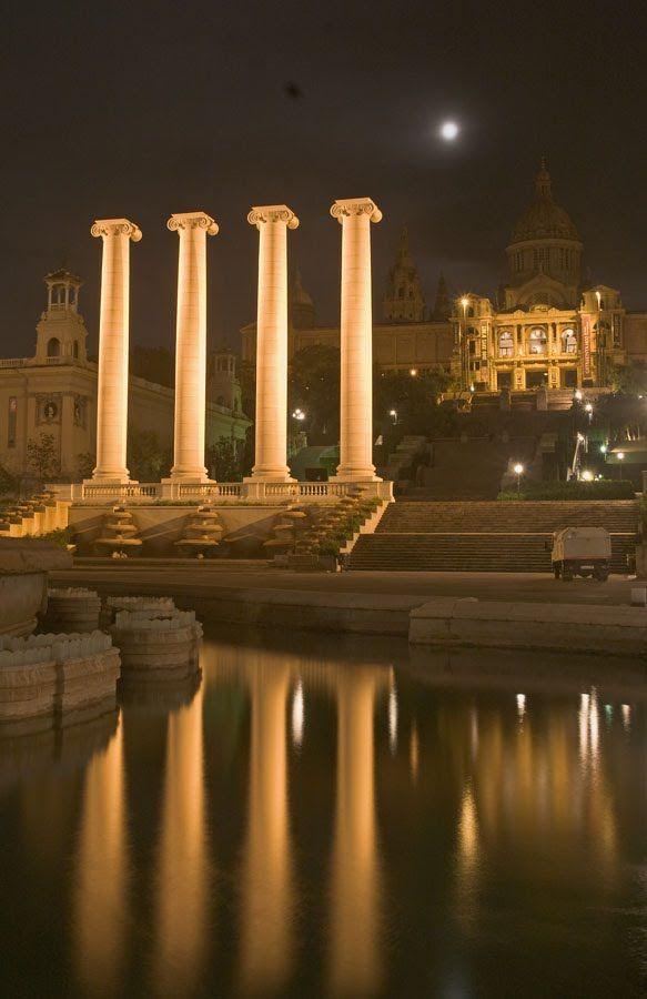 Las cuatro columnas de Montjuic. Son  las cuatro barras de la senyera catalana.  Nit Boirosa  Barcelona  Catalonia