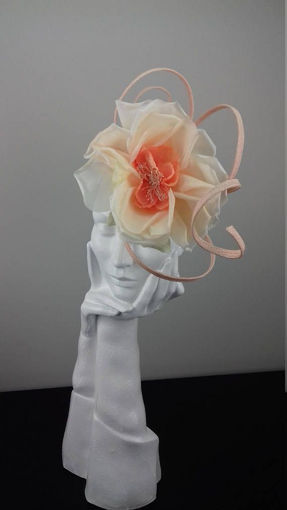 Elegant and dramatic fascinator headpiece suitable for Ascot ... 6052fb1d381