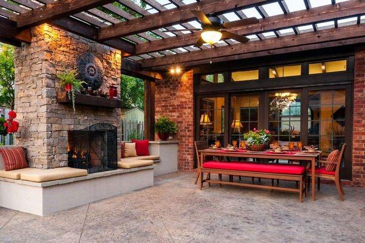 pergola en bois massif avec salle à manger en plein-air, cheminée en pierre et revêtement de sol assorti