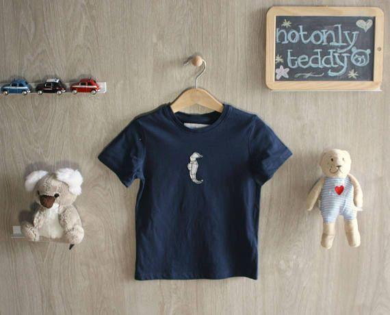 Guarda questo articolo nel mio negozio Etsy https://www.etsy.com/it/listing/544610133/maglietta-bimbo-maniche-corte-blu-con