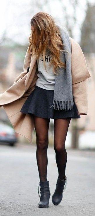 Les journées chargées nécessitent une tenue simple mais stylée, comme un manteau brun clair et une jupe patineuse. Apportez une touche d'élégance à votre tenue avec une paire de des bottines en cuir noires.
