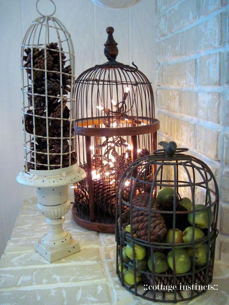 Gabbiette per uccelli vintage decorate a Natale con pigne in stile shabby