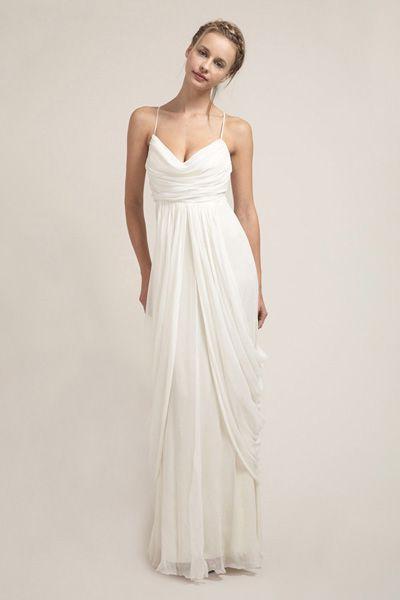 O caimento fluido dá um look clássico à criação, para um casamento de deusa grega!