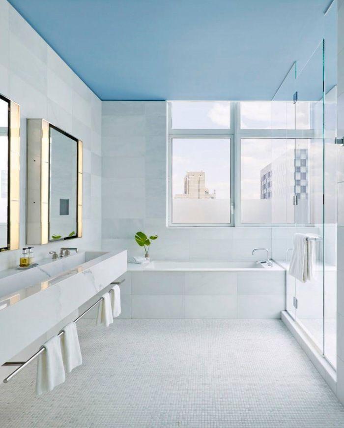 Bagno moderno soffitto blu azzurro