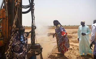 04/07/13 - Le donne, i bambini e tutti gli abitanti di Gouriki Samba Diom hanno salutato l'uscita dell'acqua con grande emozione.
