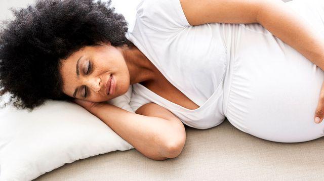 Comment réussir à bien dormir enceinte?