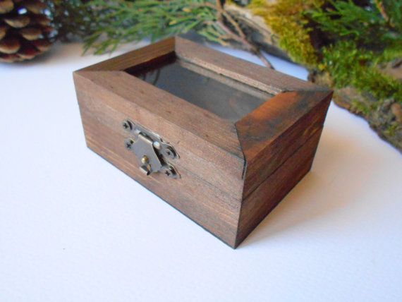 This small wooden display box is made of pine wood and has metal hinges with bronze color and the cap has a glass display so you can see what it's inside. It has thick wooden walls and is quality made with fine materials.  The surface of the box is smooth.  You can store in it your tea bags, jewelry, small prescious objects and anything you would love to display.  I have colored the box with mordant so that it looks like old wood vintage box with a mahagony color.    Outside dimentions…
