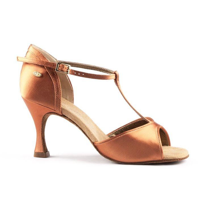 Ultra-yndefuld og elegant dansesko udført i mørk bronze satin. Modellen PD625 Premium er fra PortDance og findes hos Nordic Dance Shoes: http://www.nordicdanceshoes.dk/portdance-pd625-premium-moerk-bronze-satin-dansesko#utm_source=pin