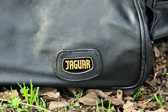 "[english] Sale suitcase. Number 7, Leather suitcase. Brand ""JAGUAR"". [español] Venta de maleta. Número 7, Maleta de piel. Marca ""JAGUAR"". [Россия] Продажа хранения. Номер 7, кожаный чемодан. Логотип марки ""Ягуар"". [عربي] بيع التخزين. عدد 7، حقيبة جلدية. شعار علامة ""جاكوار""."