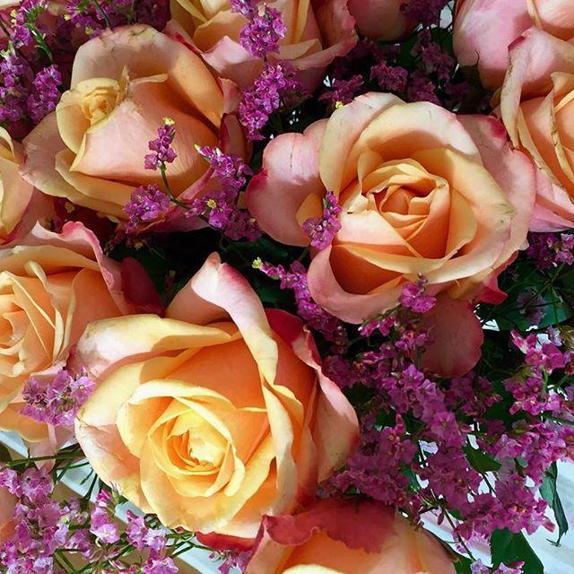 Das heutige wunderschöne Bouquet mit pfirsichfarbenen Rosen 💕 #💐 Peachy roses for today's bridal bouquet #wedding #flowers #roses #flowerbouquet #bridalbouquet #peachy #pink #blumen #blumenstrauß #rosen #hochzeit #wedding #berlin #makeupartist #bridalmakeup #bridalmakeupartist #bridalhair #brautfrisur #brautmakeup #brautstyling #weddinginspiration #hochzeitstag