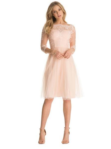 Precioso vestido de tul y encaje color durazno.