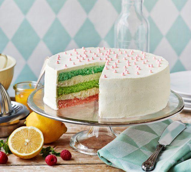 Kolmen värin täytekakku. Yksinkertaisen kaunis kakku on yllättävän kaunis sisältäkin. Täytteessä sitruunaa ja vadelmaa. http://www.oetker.fi/fi-fi/rezepte/r/kolmen-vaerin-taeytekakku.html #kakku #täytekakku
