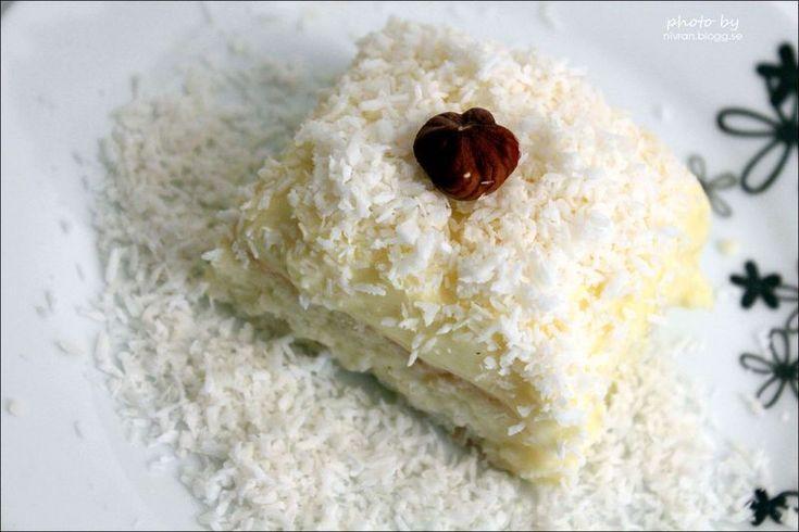 Detta måste ni prova! I alla fall om ni tycker om kokos i en kombination med vanilj eller smaken av Raffaello, som jag vet få kan motstå. Receptet ger 12 st. Degbotten 6 äggvitor 2½ dl…