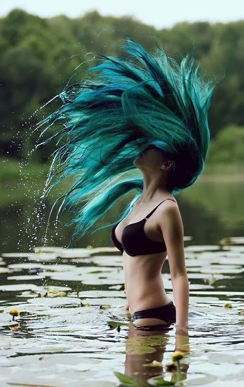 Idée Couleur & Coiffure Femme 2017/ 2018 : Alternative pale girl with mermaid blue dyed hair with bikini on water  ninjaco