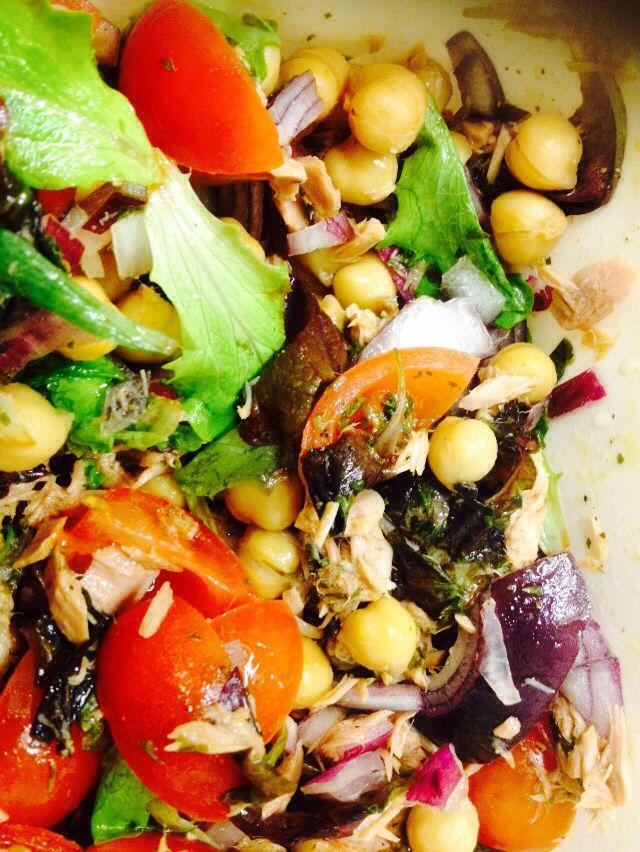 Salade van kikkererwten,tonijn, rode ui, jonge bladsla, tomaten #lunch