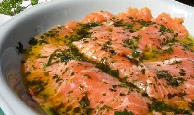 Salmón marinado es una receta para 4 personas, del tipo Segundos Platos, de dificultad Muy fácil y lista en 25 minutos. Fíjate cómo cocinar la receta.     ingredientes  - 1 salmón fresco de 1 1/2 kg sin cabeza sin tripas y sin espina central  - 25 g eneldo en hojas  - 2 cucharadas aceite  - 150 g sal gruesa  - 150 g azúcar  - pimienta negra molida