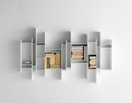 Randomito, moderne hangende boekenkast bestaande uit open vakken in verschillende afmetingen. Uitgevoerd in witgelakt mdf. Door het plaatsen van meerdere modules naast elkaar kan er een fraaie kastenwand worden gecreëerd welke fungeert als een bijzondere