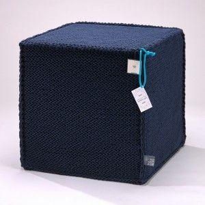 Granatowy szydełkowy puf Beauty Cube 50 cm - We Love Beds