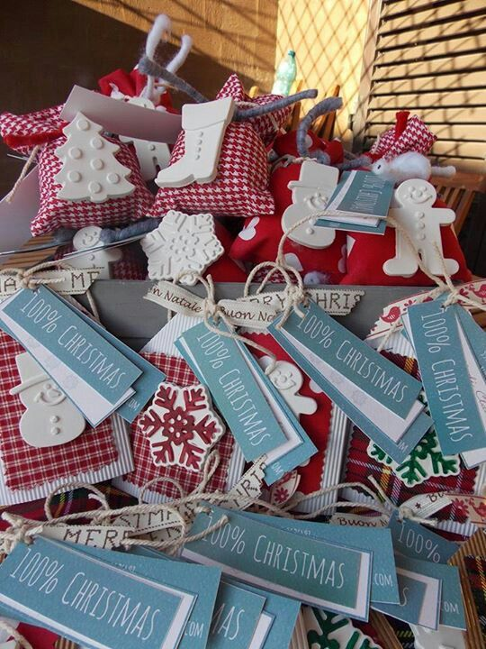 Sacchettini e cartoncini con gessetti natalizi profumati.
