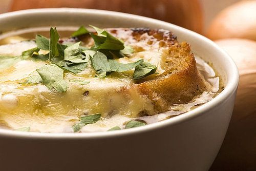 Een tranentrekker is het wel, dit recept, zeker met de uien van de nieuwe oogst. Maar de heerlijke geur en smaak van deze soep maakt dat snel goed.
