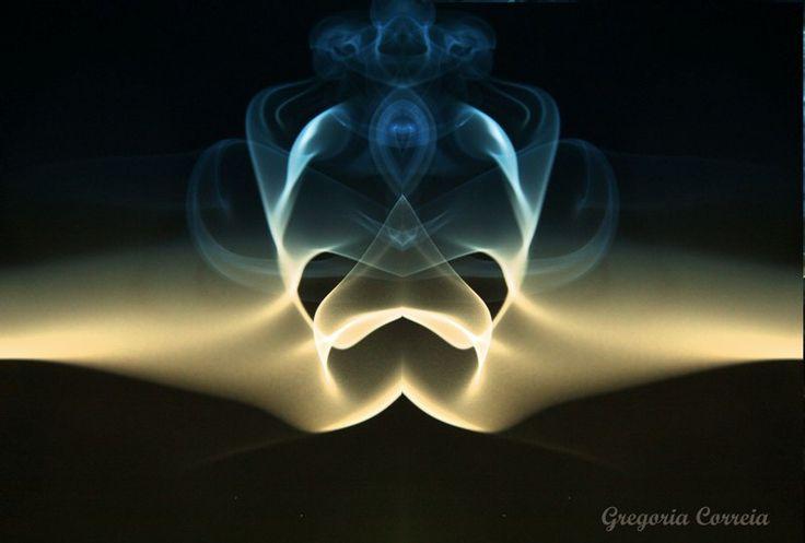 Como fazer fotos de fumo: Dois incensos acesos numa zona sem corrente de ar, fundo negro a dois metros de distancia, ambiente as escuras, dois flash instantâneos, máquina fotográfica e imaginação ... -Acerto o foco, apago a luz, a mão esquerda fotografa e a direita provoca ondas que se reflectem no movimento do incenso.
