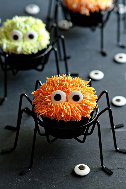 Creepy, crawly spider cupcakes are going to be the hit of the Halloween party this season! | easy cupcake recipe