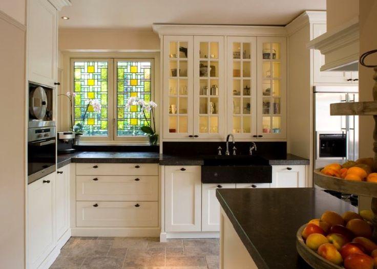 Klassieke keuken uitgevoerd in MDF gespoten in kleur. Aanrechtbladen en spoelbak van Belgisch hardsteen met gefrijnde randafwerking. Kasten tot plafond - The Living Kitchen by Paul van de Kooi
