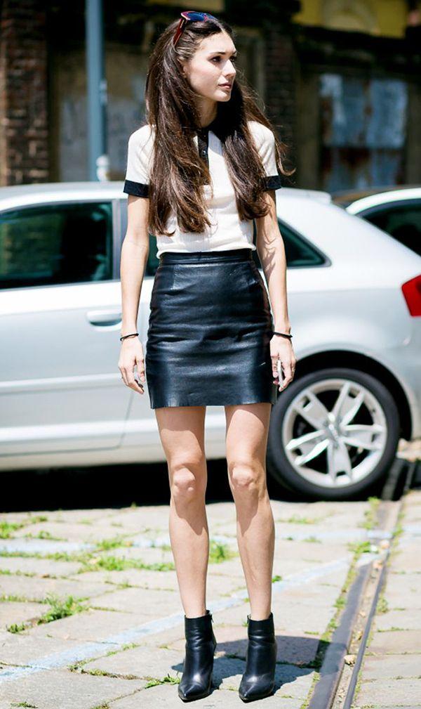 Diletta Bonaiuti usa camisa polo com saia de couro e botas nesse look cool e descolado.