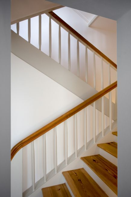 Como o núcleo histórico da casa, a velha escadaria de madeira foi preservada. – S …   – Flur & Treppe